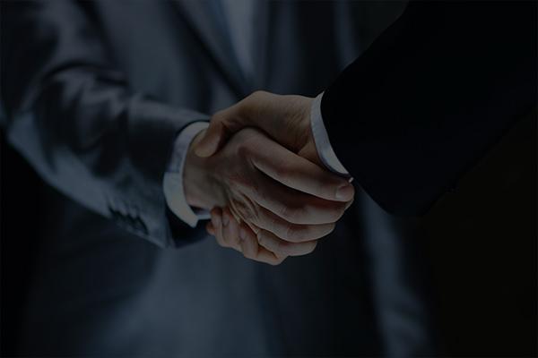 Złomex B2B uścisk dłoni pieczętujący podpisanie umowy.